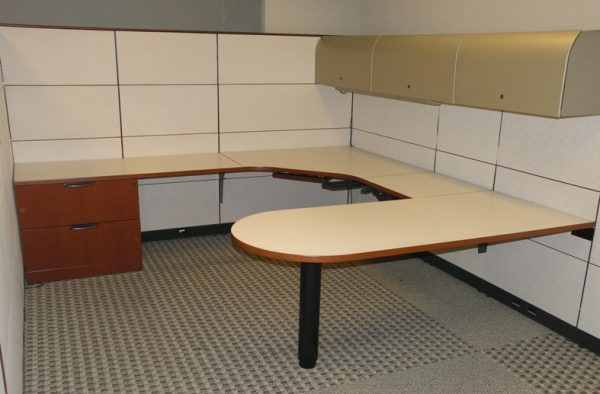 Used Knoll Reff Manager Workstations w/Mahogany wood and cream fabric – Dallas, Texas